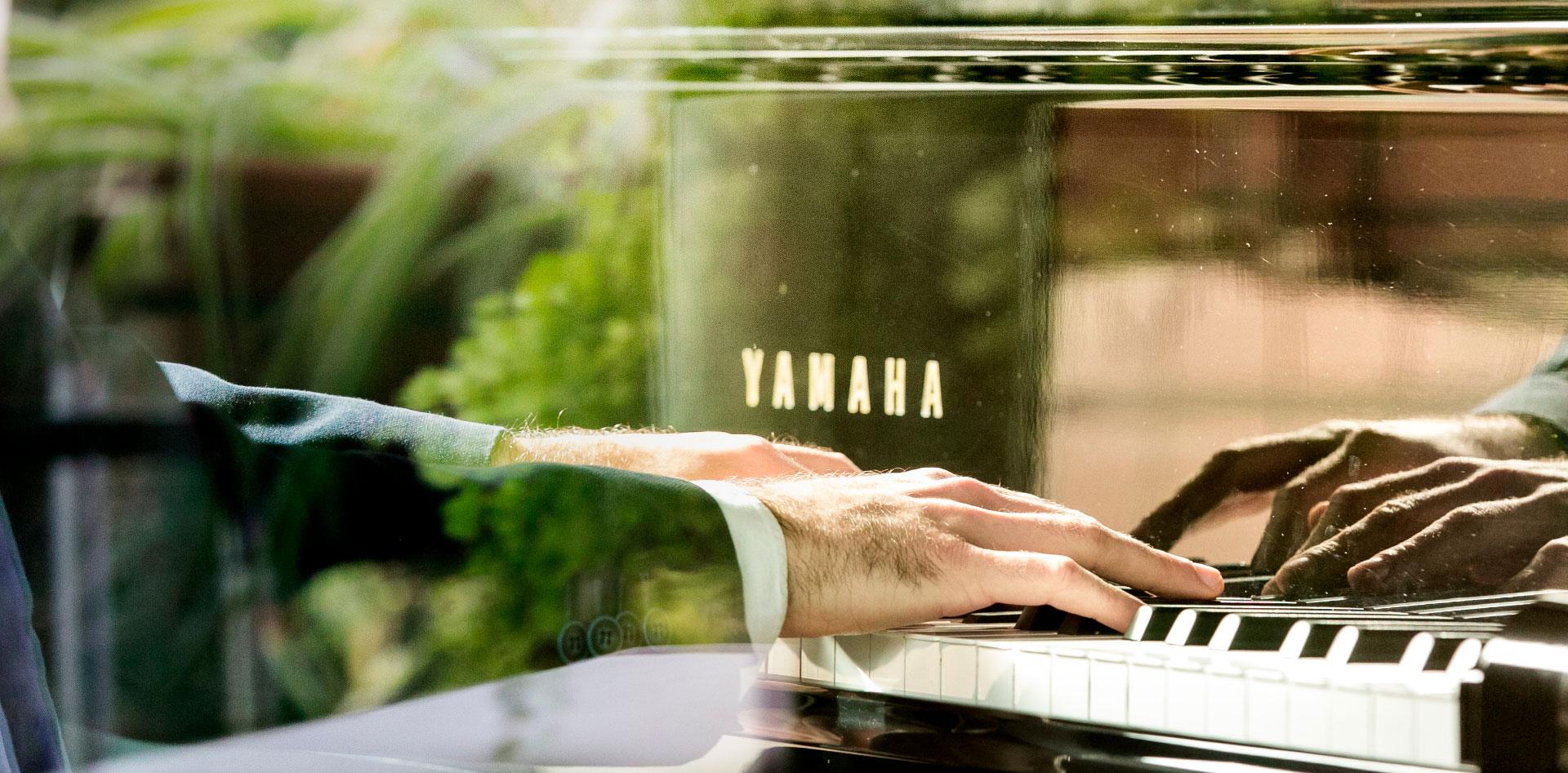 Yakir Arbib suona il pianoforte