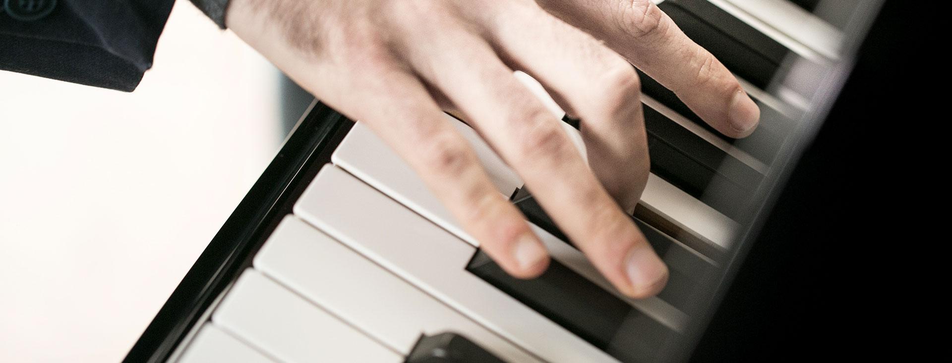 Yakir Arbib mano che suona pianoforte